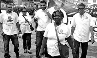 Gloria Calliste, candidata a concejal para el gobierno local, caminando en su circunscripción en Trinidad y Tabago. Foto cortesía del T & T Guardian.