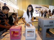 Mujer Hondureña votando
