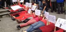Féminas de la Plataforma Nacional por los Derechos de las Mujeres, acostadas en la vía, rechazaron el decreto 491